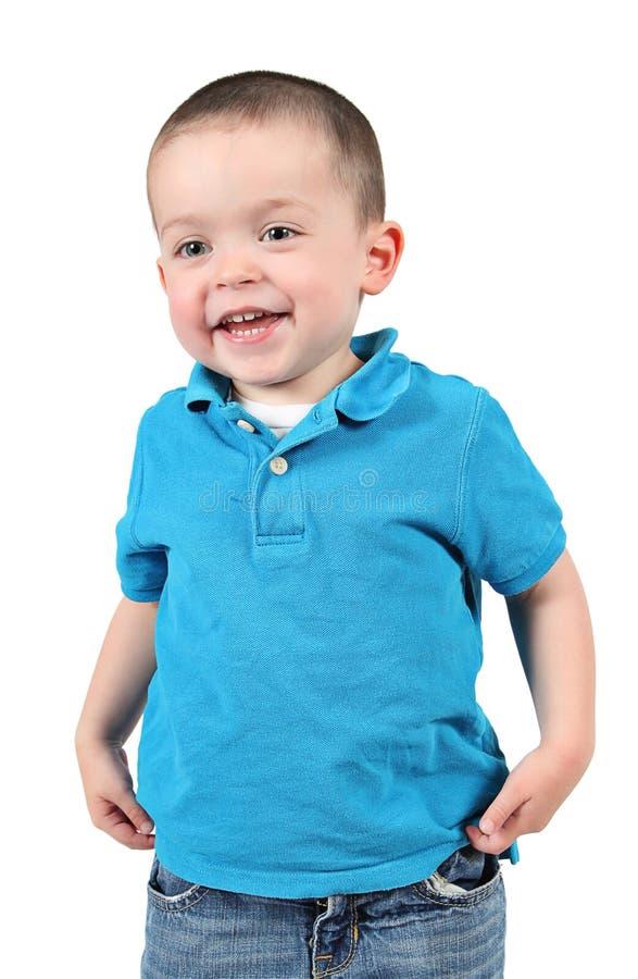 Netter kleiner Junge, der für Kamera aufwirft lizenzfreie stockfotos
