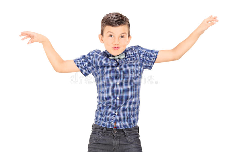 Netter kleiner Junge, der mit seinen Händen nachahmt stockbild