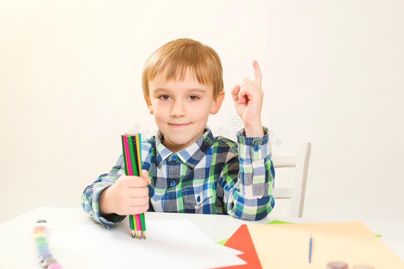 Netter kleiner Junge, der zu Hause zeichnet Kind-` s Kreativität Kreative Kindermalerei an der Vorschule Entwicklungs- und Ausbil stockbild