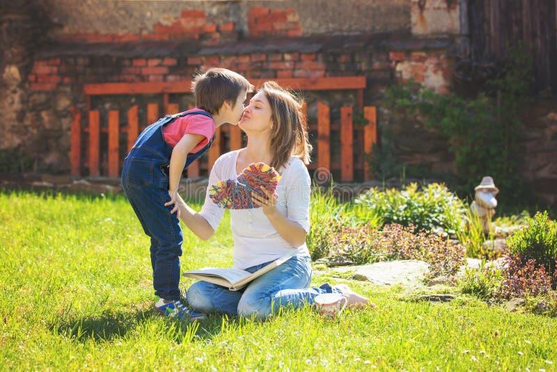 Netter kleiner Junge, Geben seiner Mutter vorhanden für Muttertag im Th lizenzfreies stockbild