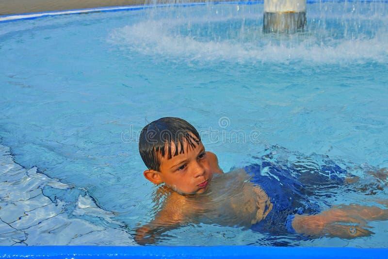 Netter kleiner Junge im Allgemeinen Swimmingpool Porträt des kleinen netten Jungen im Swimmingpool Sonniger Sommertag Sommer und  stockfotografie