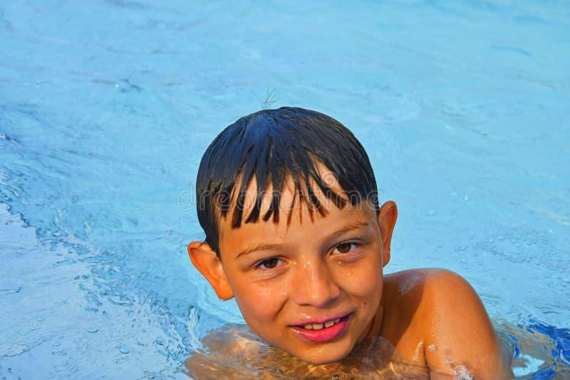 Netter kleiner Junge im Allgemeinen Swimmingpool Porträt des kleinen netten Jungen im Swimmingpool Sonniger Sommertag Sommer und  stockfotos