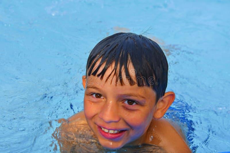 Netter kleiner Junge im Allgemeinen Swimmingpool Porträt des kleinen netten Jungen im Swimmingpool Sonniger Sommertag Sommer und  lizenzfreies stockfoto