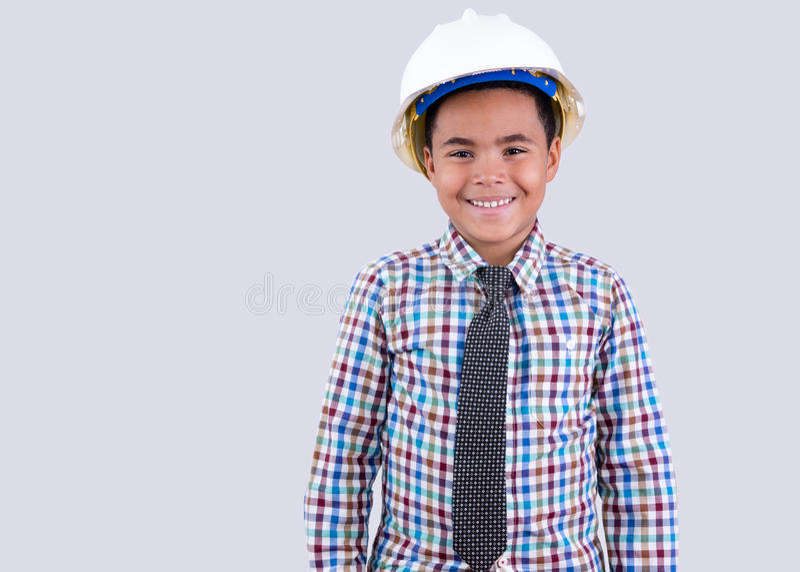 Netter kleiner Junge im Schutzhelm und in der Bindung lizenzfreie stockfotos