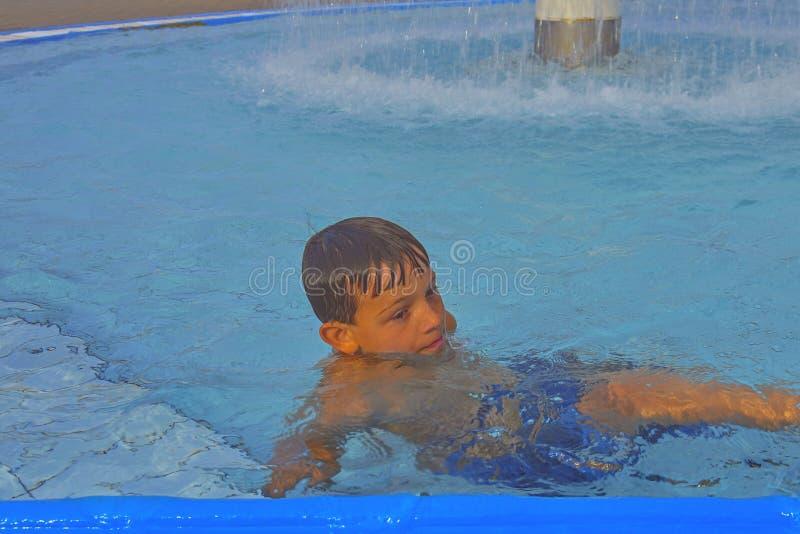Netter kleiner Junge im Swimmingpool am Sommertag Sommer und glückliches Kindheitskonzept Kopieren Sie Raum im hellen blauen Wass lizenzfreie stockfotografie