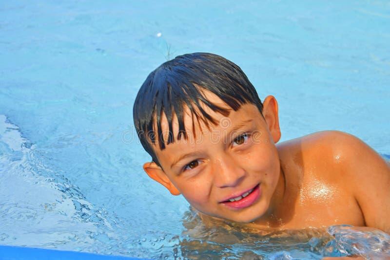 Netter kleiner Junge im Swimmingpool am Sommertag Sommer und glückliches Kindheitskonzept Kopieren Sie Raum im hellen blauen Wass stockfoto