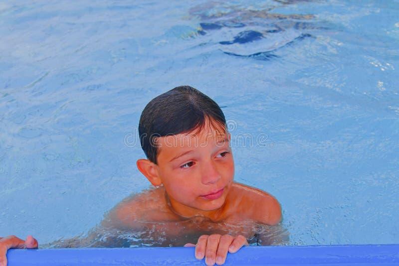 Netter kleiner Junge im Swimmingpool am Sommertag Sommer und glückliches Kindheitskonzept Kopieren Sie Raum im hellen blauen Wass stockbilder