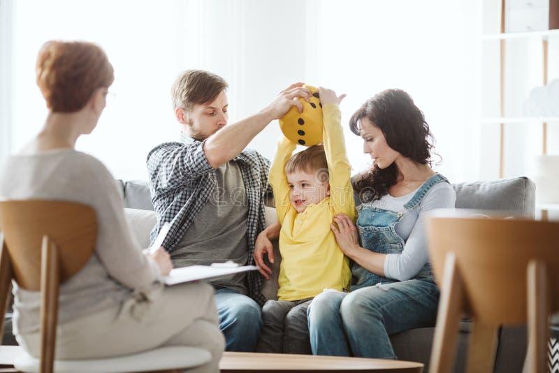 Netter kleiner Junge mit ADHD w?hrend der Sitzung mit Berufstherapeuten lizenzfreies stockfoto