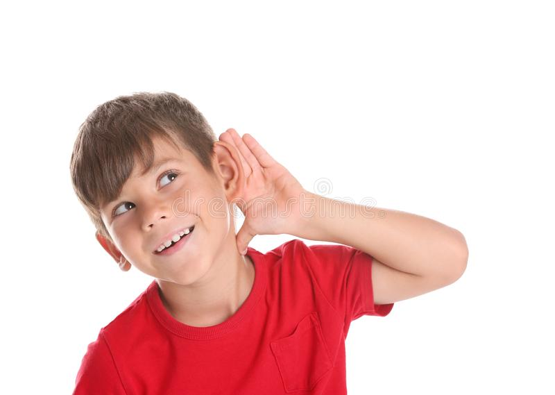 Netter kleiner Junge mit Anhörungsproblem stockfotografie