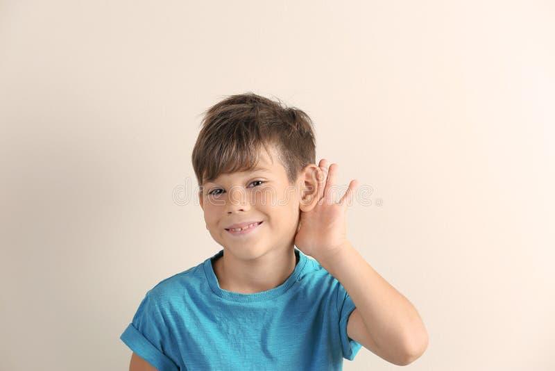 Netter kleiner Junge mit Anhörungsproblem stockbilder