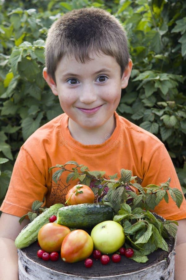 Netter kleiner Junge mit Gemüse lizenzfreie stockfotografie