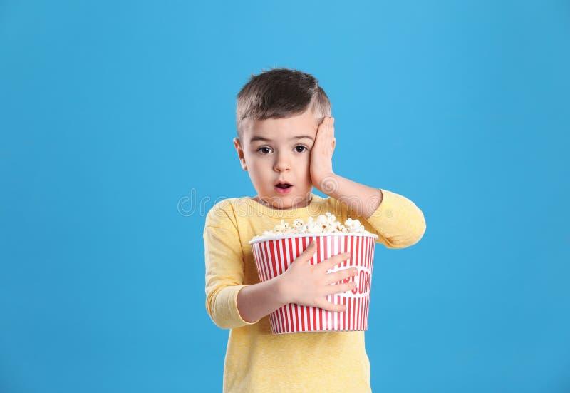 Netter kleiner Junge mit Popcorn lizenzfreies stockfoto
