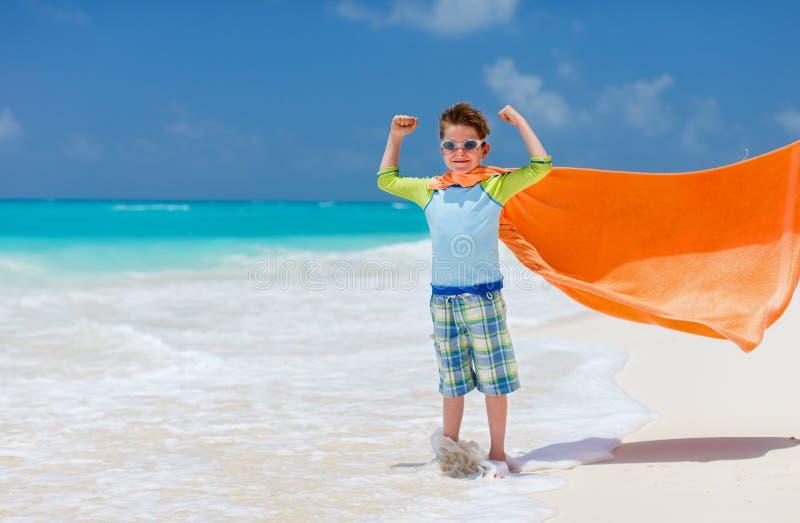 Netter kleiner Junge am Strand lizenzfreie stockfotos