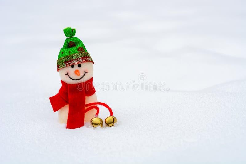 Netter kleiner Schneemann im Winter lizenzfreies stockfoto