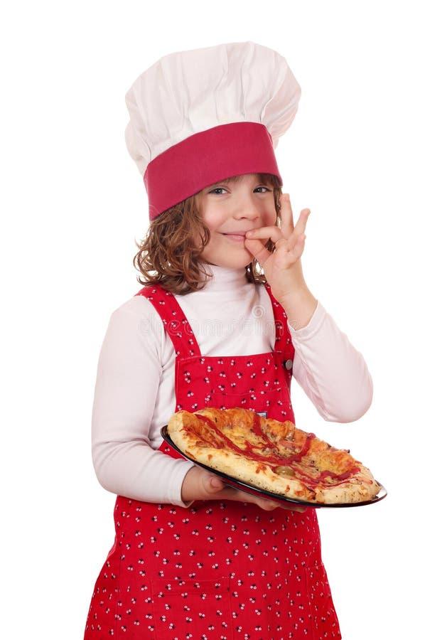 Netter Koch des kleinen Mädchens mit Pizza stockbild