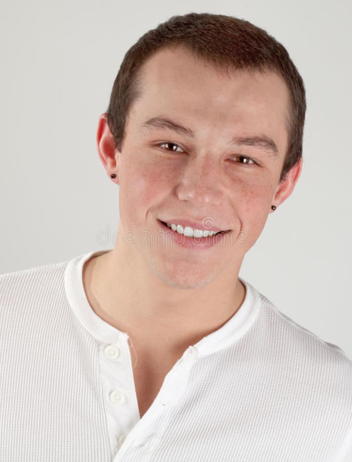 Netter, lächelnder junger Mann stockbilder