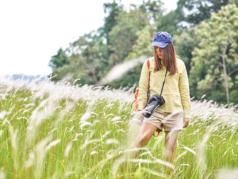 Netter Lebensstil der jungen Frau mit Mode entspannen sich Abnutzung auf dem Gebiet lizenzfreies stockfoto