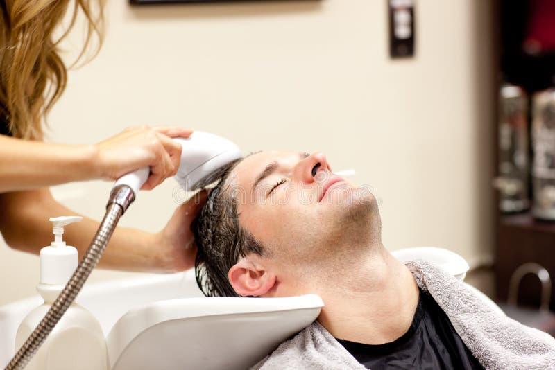 Netter Mann, der ein Shampoo hat lizenzfreies stockfoto