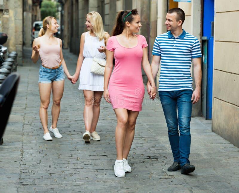 Netter Mann und Frau, die Promenade in der europäischen Stadt nimmt lizenzfreie stockbilder