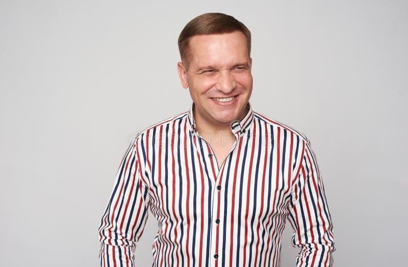 Netter mittlerer gealterter Mann lokalisiert auf grauem Hintergrund lizenzfreie stockfotografie