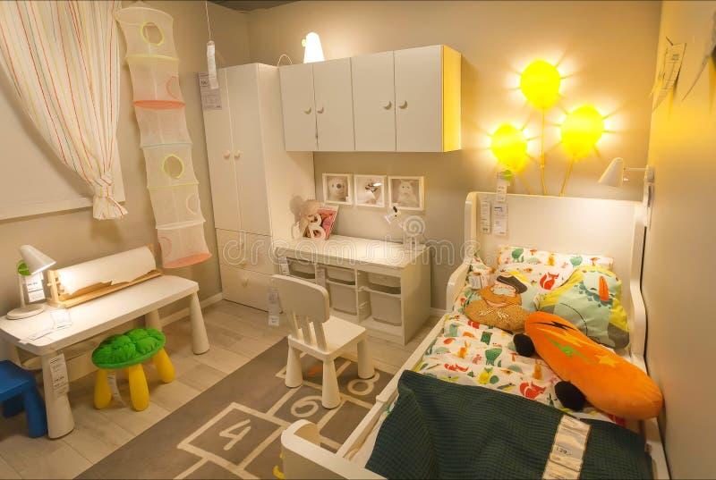 Netter moderner Kind-` s Raum in großem IKEA-Speicher mit Bett, Spielwaren, Möbel, Dekor, Produkte für Babys stockbild
