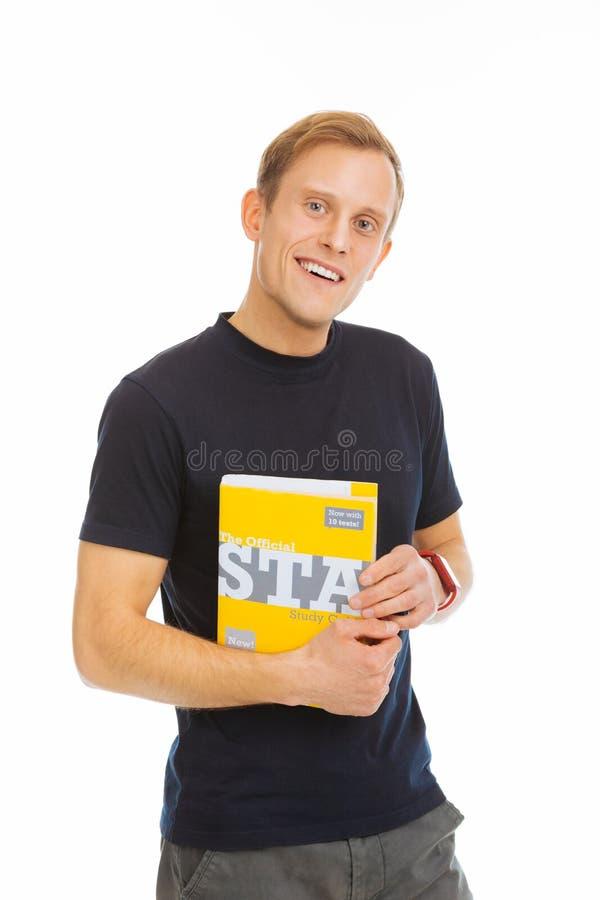 Netter positiver männlicher Student, der zu Ihnen lächelt lizenzfreies stockbild