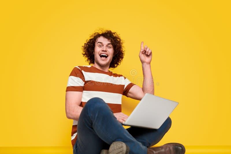 Netter Programmierer, der Idee hat lizenzfreies stockfoto
