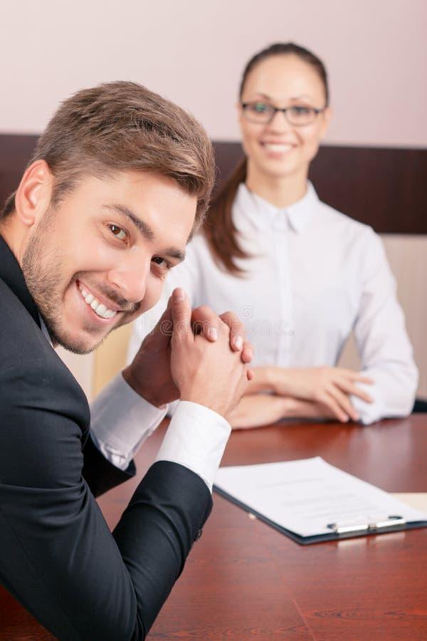 Netter Rechtsanwalt, der mit Kollegen spricht lizenzfreie stockfotos