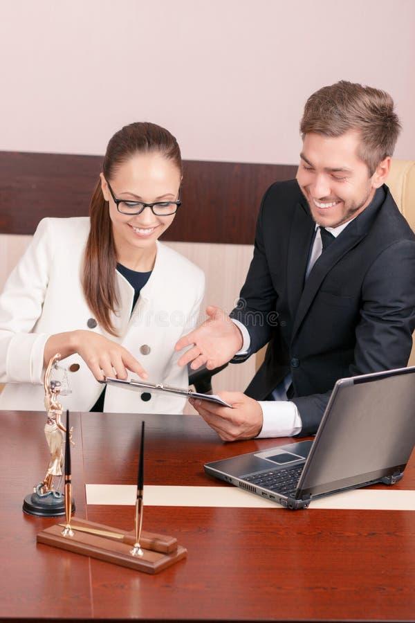 Netter Rechtsanwalt, der mit Kollegen spricht lizenzfreies stockfoto