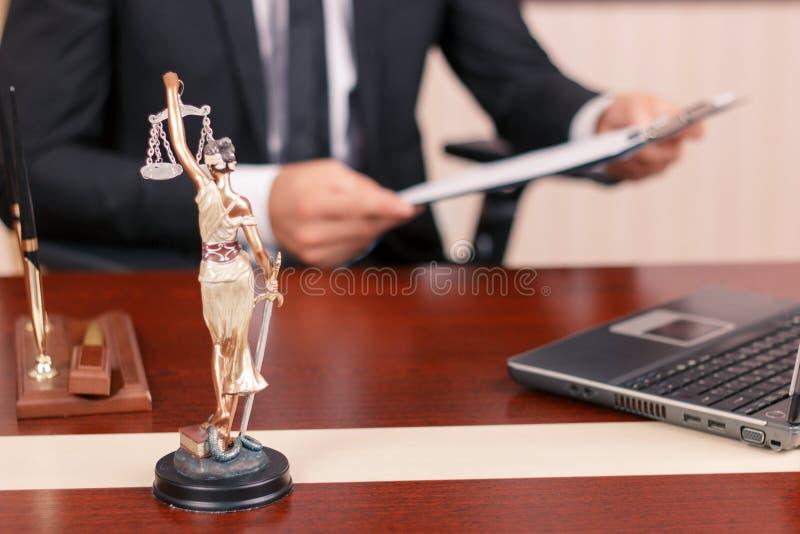 Netter Rechtsanwalt, der Papiere hält stockfotografie