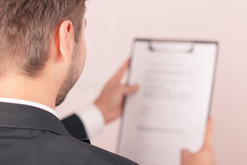 Netter Rechtsanwalt, der Papiere hält lizenzfreies stockfoto