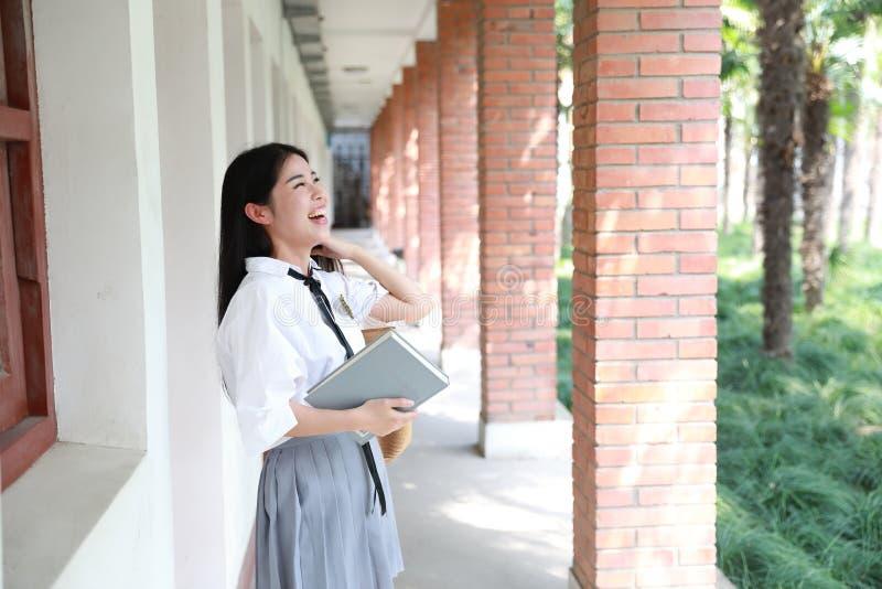 Netter reizender asiatischer chinesischer hübscher Mädchenabnutzungs-Studentenanzug in der Schule in der Klasse genießen Freizeit stockfotografie