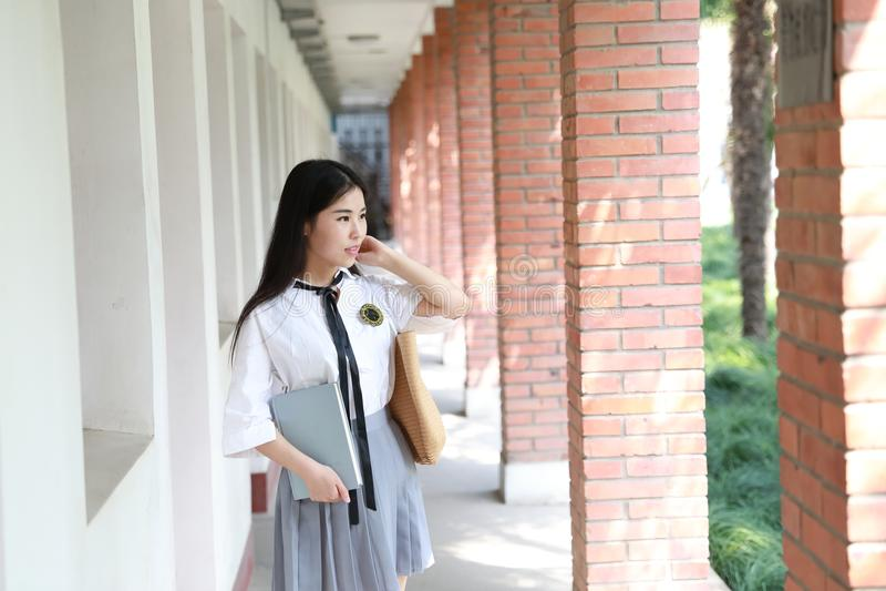 Netter reizender asiatischer chinesischer hübscher Mädchenabnutzungs-Studentenanzug in der Schule in der Klasse genießen Freizeit stockfoto