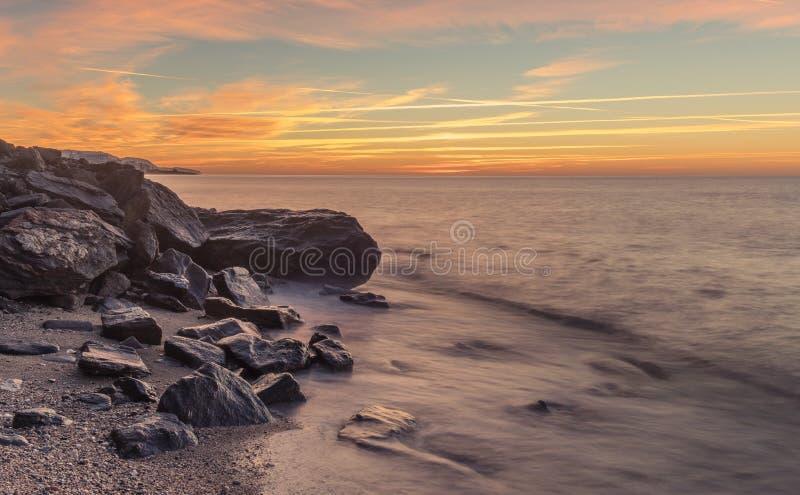 Netter Sonnenaufgang auf dem Strand stockbilder