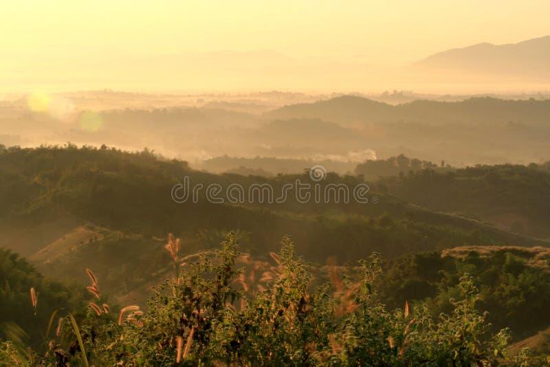 Netter Sonnenaufgang am Morgen auf dem Berg, Chiang Rai, Thailand lizenzfreies stockbild