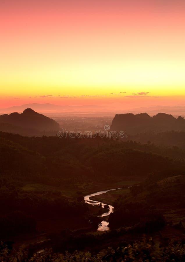 Netter Sonnenaufgang am Morgen auf dem Berg, Chiang Rai, Thailand lizenzfreie stockbilder