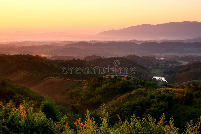 Netter Sonnenaufgang am Morgen auf dem Berg, Chiang Rai, Thailand lizenzfreie stockfotografie