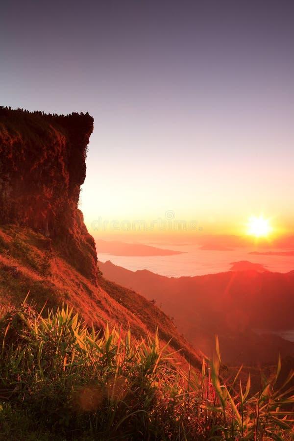 Netter Sonnenaufgang am Morgen auf Phu-Chi-Fa-Berg, Chiang Rai, Thailand stockbild