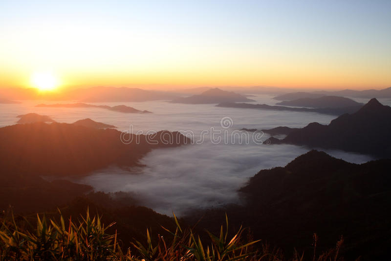 Netter Sonnenaufgang am Morgen auf Phu-Chi-Fa-Berg, Chiang Rai, Thailand stockbilder