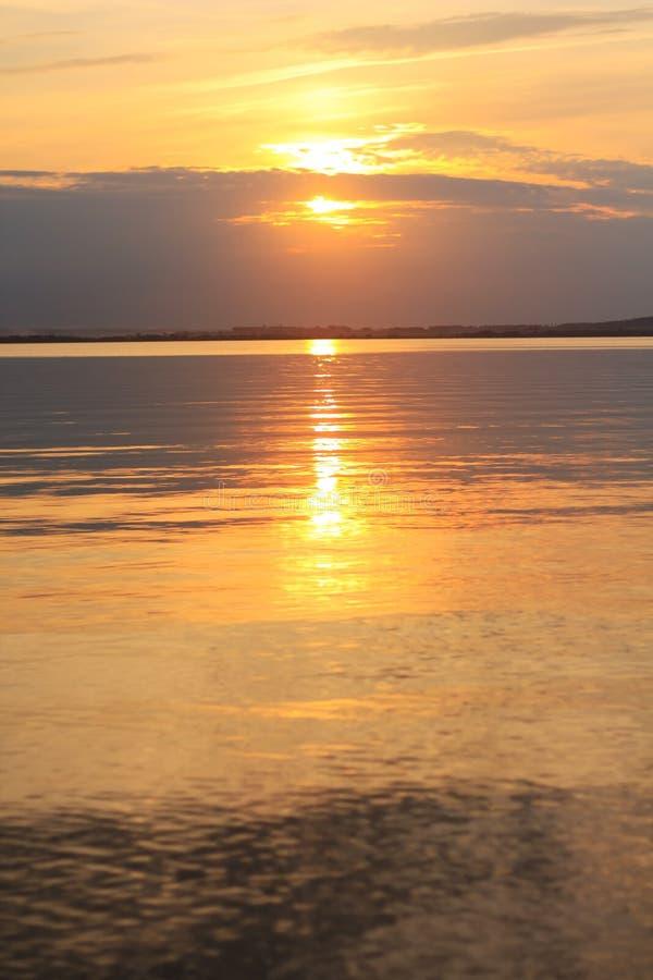 Netter Sonnenuntergang auf See stockfotografie