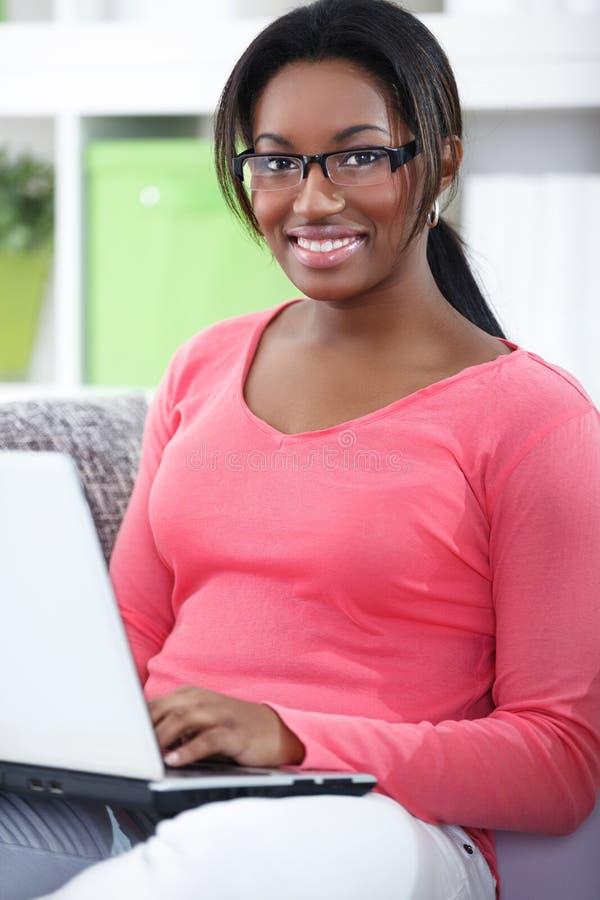 Netter Student mit Laptop lizenzfreies stockfoto