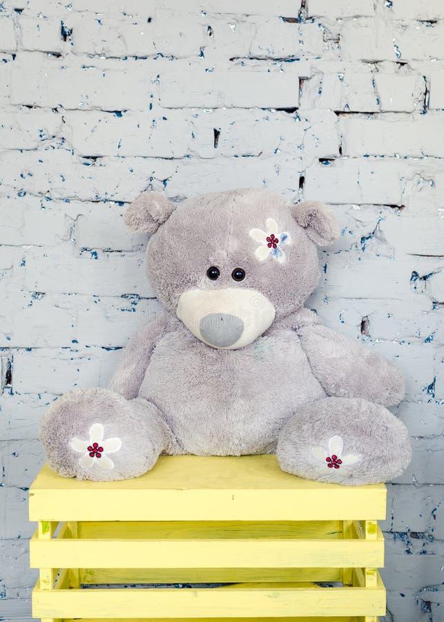 Netter Teddybär im Kinderraum lizenzfreie stockfotos