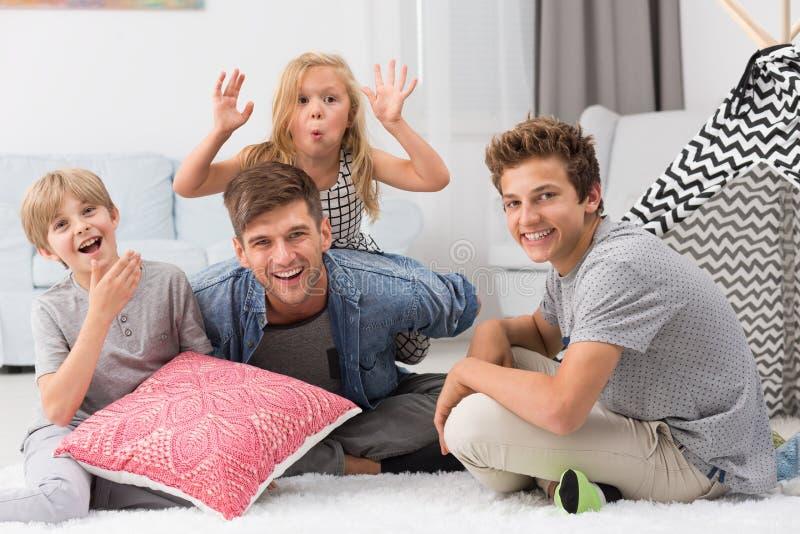 Netter Vater mit Kindern stockbild