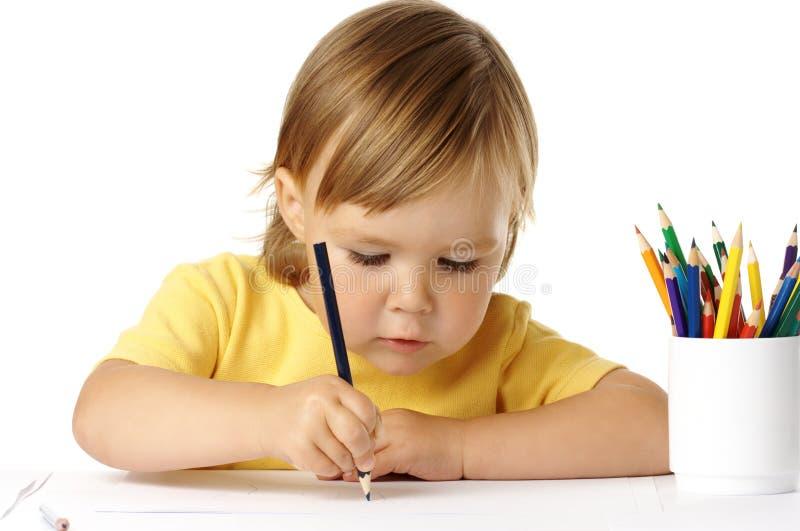 Netter Vorschüler gerichtet auf ihre Zeichnung stockfoto