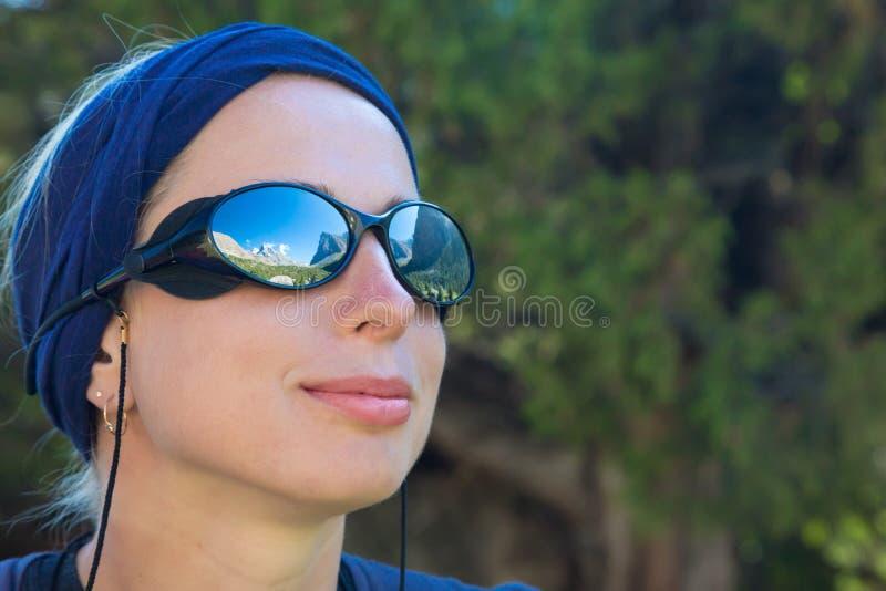 Netter weiblicher Wanderer lizenzfreie stockfotografie