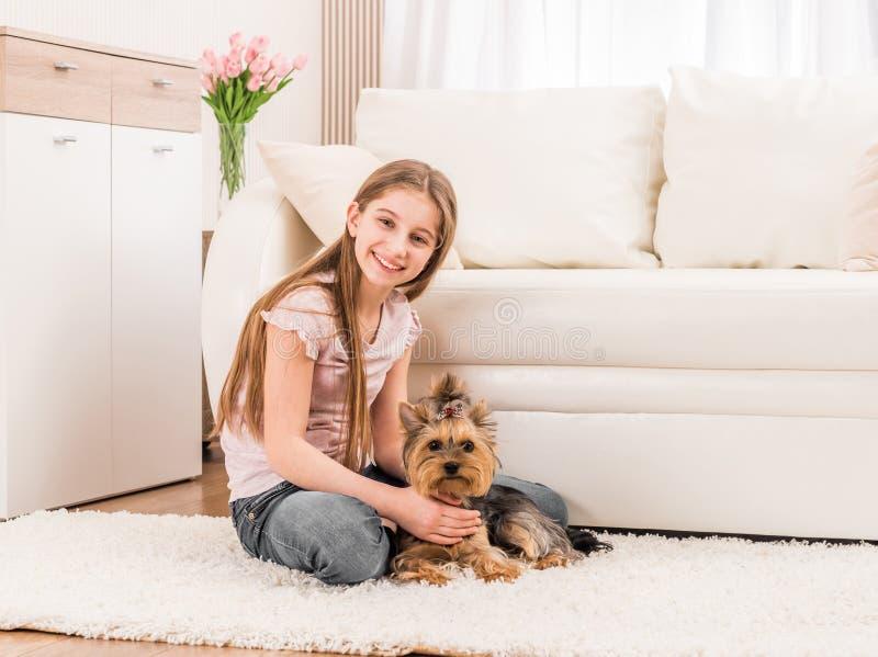 Netter Welpe und glückliches junges Mädchen lizenzfreie stockbilder
