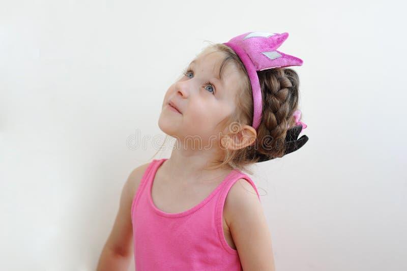 Nettes überraschtes Kleinkindmädchen in der Tiara stockbilder