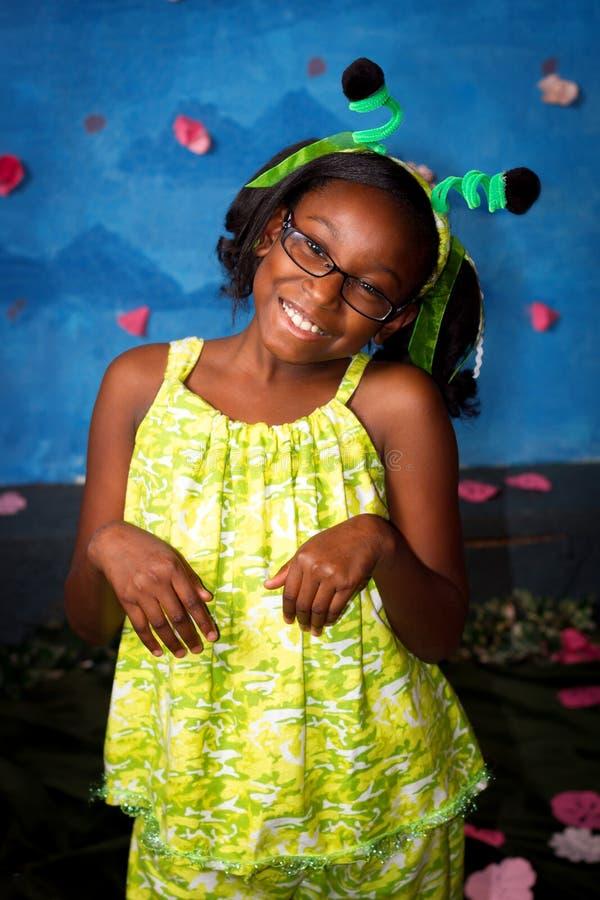 Nettes Afroamerikaner-Mädchen im Gottesanbeterin-Kostüm stockbilder