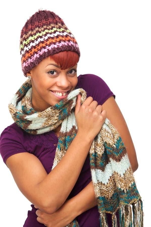 Nettes Afroamerikaner-Mädchen-tragender Hut und Schal lizenzfreie stockfotos
