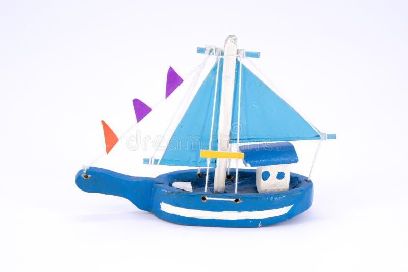 nettes altes hölzernes blaues Fischerboot lokalisiert lizenzfreie stockfotos